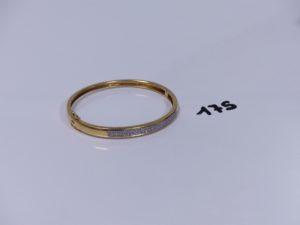 1 bracelet rigide articulé ouvrant en or motif central orné d'un pavage de petits diamants (diamètre 5,5/6cm). PB 15,2g