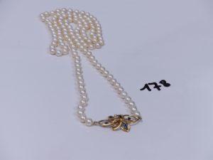 1 collier de perles , motif central floral et orné de petites pierres bleues et de petits diamants (L76cm). PB 48,8g