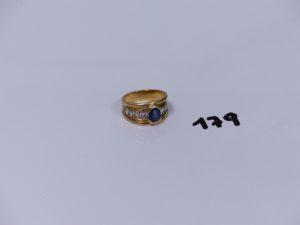 1 bague en or ornée d'une pierre bleue épaulée de 8 petits diamants d'environ 0,80cts le tout (Td57). PB 11,3g