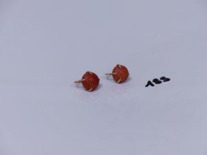 2 boucles en or et alliage 14K ornées d'une pierre couleur corail. PB 8,5g