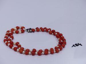 1 collier de perles blanches et corail, fermoir en argent orné de petites pierres (avec sécurité,L68cm). PB 42,8g