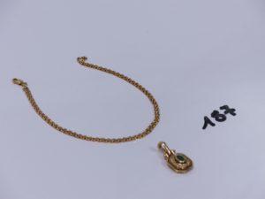 1 chaîne maille forçat en or (L38cm) et 1 pendentif en or orné d'une petite pierre verte entourage petits diamants. PB 7,1g