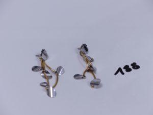 2 pendants bicolores en or à décor floral. PB 9,5g