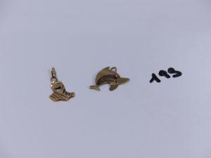 2 pendentifs en or (un à décor d'un requin cabossé)(1 à décor dun touareg). PB 4,8g