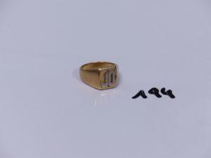 1 chevalière bicolore en or initiales JO gravées (1 cassée) (Td59). PB 12,6g