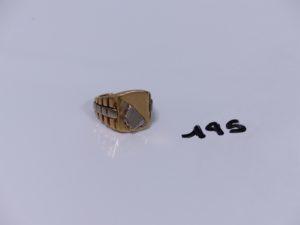 1 chevalière monture ouvragée (à redresser) en or ornée d'un motif cassé (Td55). PB 18,3g