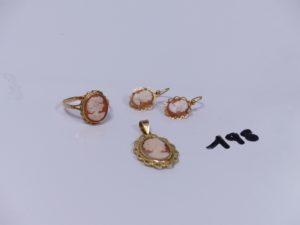 1 pendentif, 2 boucles et 1 bague (Td58). Le tout en or et serti d'un camée. PB 5,9g