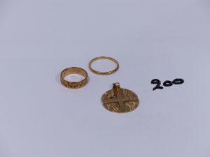 1 pendentif ouvragé en or (abîmé) et 2 alliances en or (1 ciselée intèrieur gravé Td48, Td57). PB 8,5g