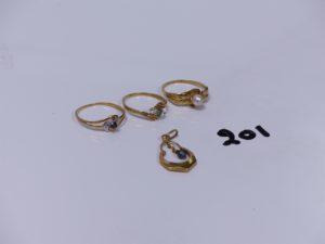 3 bagues en or (1 ornée d'une petite perle Td57)(1 ornée d'une pierre verte et 2 blanches Td54)(1 bicolore ornée d'une petite pierre bleue Td58) et 1 pendentif en or à décor d'une créole ciselée ornée d'une perle en pampille. PB 4,9g