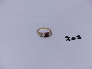 1 bague en or ornée d'une pierre rouge et de 4 opalines (Td55). PB 3,5g