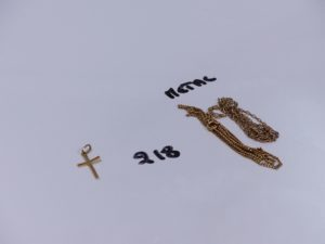 1 petite croix en or. PB 0,6g et 2 chaînes en métal doré (1 cassée)