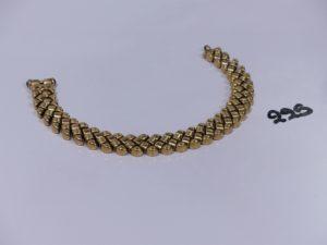 1 bracelet maille en damier en or orné de 2 petites pierres bleues cabochon au fermoir (L21cm). PB 33,7g