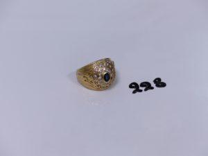 1 chevalière en or ornée d'une petite pierre bleue et de petits diamants (1 chaton vide,Td61). PB 14,9g