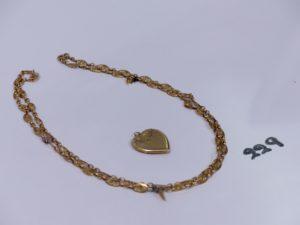 1 collier cassé en or à motifs filigranés et 1 pendentif porte photo en or à décor d'un coeur (très abîmé). PB 14,5g
