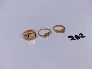 1 chevalière abîmée en or initiales gravées (Td51) et 2 bagues en or (1 pour enfant ornée d'un petit diamant)(1 ornée de petits diamants Td51). PB 5,8g