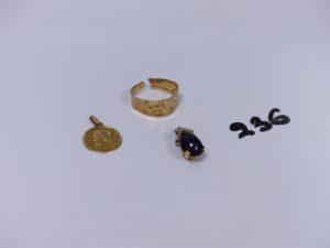 1 pendentif en or serti d'une pierre et orné de d'1 petit diamant, 1 bague monture martelée en or (cassée) et 1 petite médaille religieuse en or (verso non gravé). PB 5,2g