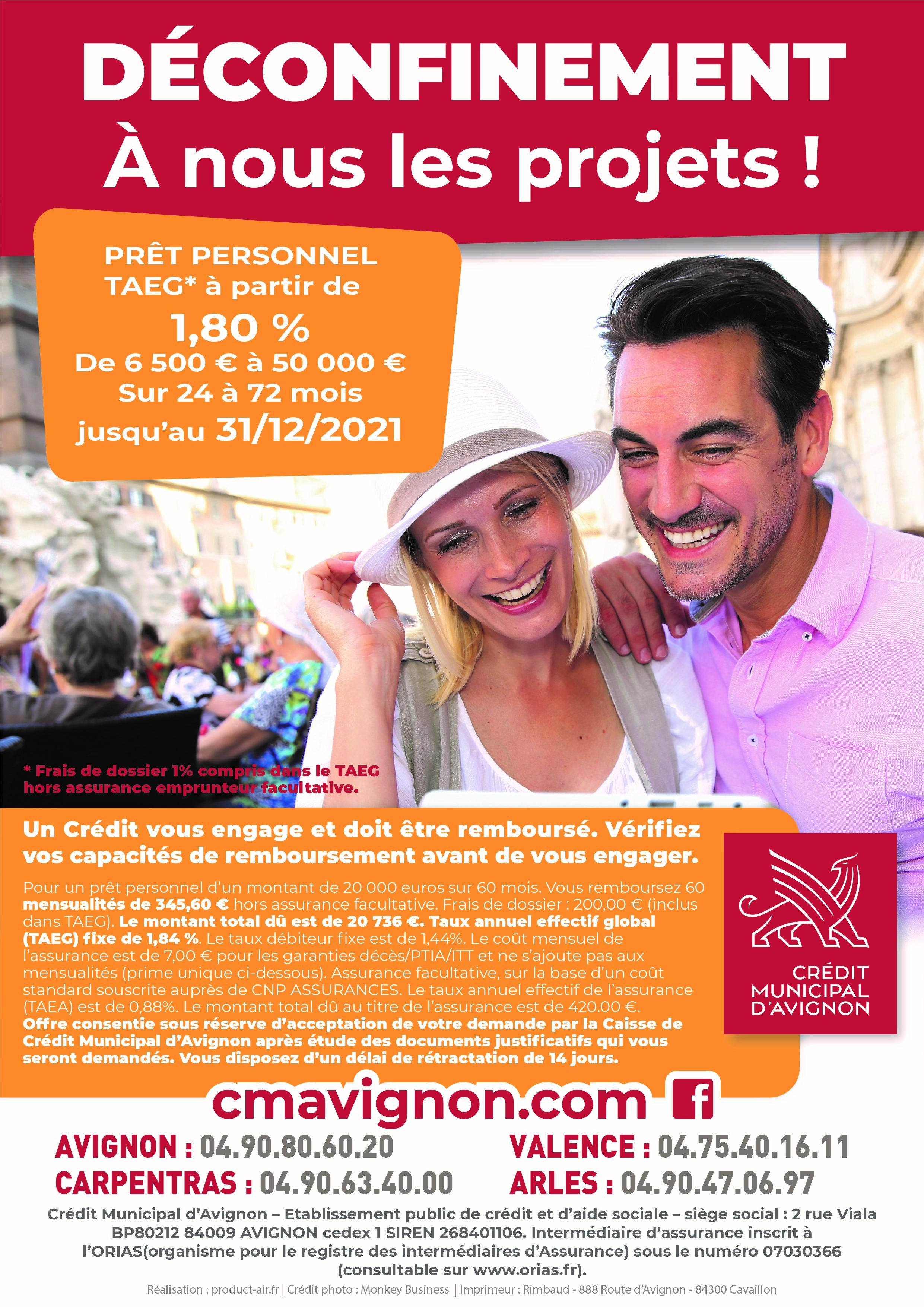 Publicité sur un taux promotionnel prêts personnels. un couple joyeux avec des personnes en arrière plan.