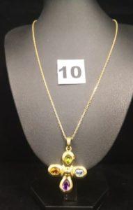 1 Chaîne fine maille forçat (L 43cm) et 1 croix réhaussée de 4 pierres fines aux extrémités (L 4,5x 3cm). Le tout en or . PB 14,7g