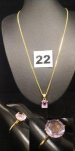 1 Bague ornée d'une pierre violette (TD 60), 1 pendentif réhaussé d'une pierre violette rectangulaire et 1 Chaîne maille anglaise (L 45cm). Le tout en or . PB 9,7g