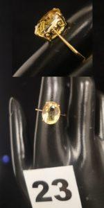 1 Bague en or réhaussée d'une pierre jaune pâle ovale (TD 56). PB 2,5g