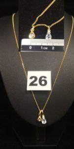1 Chaîne maille gourmette (L 53cm), 2 pendentifs en forme de goutte, un orné d'un diamant, l autre d'une pierre blanche et bleue. Le tout en or. PB 4,9g