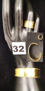 1 Bracelet rigide ouvert type manchette cabossé et 1 bague large (TD 52). Le tout en or. PB 13g