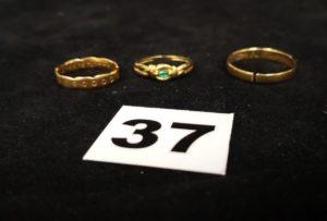 Lot casse: 2 alliances et 1 bague ornée d'une pierre verte. Le tout en or. PB 4,5g