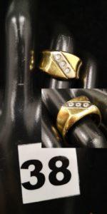 1 Chevalière en or bicolore décorée de 3 pierres blanches(TD 59). PB 8,3g