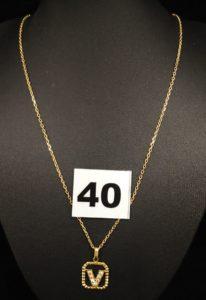 """1 Chaîne maille forçat (L 49,5cm, fermoir HS) et 1 pendentif ajouré lettre """"V"""" serti de pierres blanches . Le tout en or. PB 5,2g"""