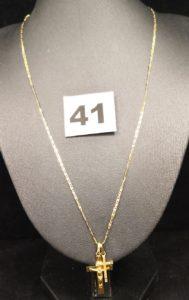 1 Chaîne bicolore (L 45cm), 1 Christ sur croix et 1 Croix. Le tout en or. PB 3,4g