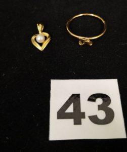 1 Pendentif motif coeur orné d'une perle et 1 Bague motif noeud cassé. Le tout en or. PB 1,4g