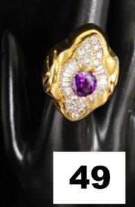 1 Bague en or volumineuse creuse ornée de pierres violettes et blanches (TD 54) .PB 7,4g