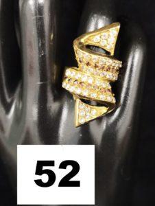 1 Bague en or à motif en volutes ornée de pierres bicolores (TD 54). PB 5,4g