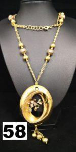 1 Sautoir en or maille alternée de boules (L 72cm) réhaussé d'un élément ovale à décor floral et pampilles. PB 40,6g