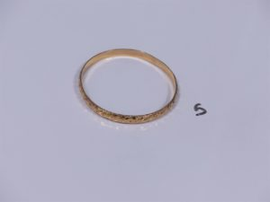 1 bracelet rigide et ouvragé en or (diamètre 6cm). PB 10,8g