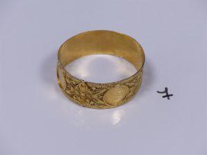 1 bracelet large à motif filigrané et ouvragé en or (diamètre 6,5cm). PB 47,3g