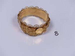 1 bracelet rigide large en or à motifs filigranés (1 abîmé) et serti-griffes 4 pièces de 10Frs (diamètre 7cm). PB 65,6g