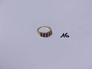 1 bague en or ornée de pierres bleues et de petits diamants (Td59). PB 3,5g