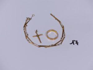 1 alliance en or (Td58) 1 Christ sur croix en or et 1 collier maille fantaisie en or (L44cm). PB 10,3g