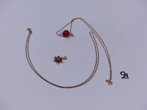 1 pendentif en or à décor floral orné depierres roses et d'un petit diamant, 1 collier en or maille forçat motif central orné d'une perle rouge et 2 petites perle blanches (L41cm) et 1 chaîne maille carrée en or (L48cm). PB 8,4g