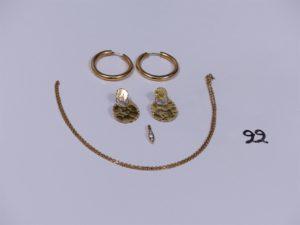 1 pendentif en orne de 3 petits diamants, 2 créoles en or, 2 pendants ouvragés en or et 1 chaîne maille forçat en or (L42cm). PB 9,4g