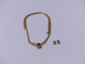 1 collier maille anglaise en or motif central bicolore rehaussé d'une pierre bleue et 3 petits diamants (L38cm). PB 10,7g