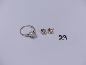 2 boucles en or ornées de petites perles blanches et 1 bague en or rehaussée de 2 perles blanches et petits diamants (Td59). PB 4,5g