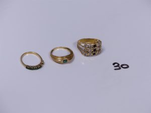 3 bagues en or (1 ornée de 6 pierres vertes 1 chaton vide Td49)(1 ornée de pierres blanches et noires , monture à redresser, Td53)(1 ornée d'une pierre verte Td53). PB 8,9g