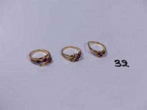 3 bagues en or (1 ornée de 3 pierres rouges 1 chaton vide, monture à redresser, Td49)(1 ornée de 3 pierres rouges et 4 petits diamants Td50)(1 ornée de pierres rouges et blanches 1 chaton vide Td49). PB 7,4g