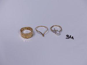 3 bagues en or (1 ouvragée Td52)(1 ornée d'une petite perle blanche Td54)(1 rehaussée d'une perle blanche épaulée de petites pierres 3 chatons vides Td46). PB 4,2g