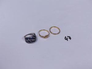 1 bague en or ornée de petits diamants (Td53), 1 alliance en or bicolore et ciselée (intérieur gravée, Td52). PB 3,6g + 1 bague en alliage 9K ornée de petites pierres bleues et petits diamants (1 chaton vide, Td52). PB 3,4g