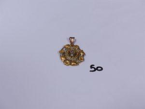 1 pendentif à décor floral en or orné d 'un petit diamant TL rose. PB 3,8g