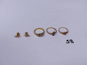 3 bagues en or(1 ornée de 3 coeurs tricolores Td53)(1 ornée d'une petite pierre rouge Td53)(1 ornée de de 2 petites pierres roses, 1 chaton vide Td53) 2 boucles en or à décor de 2 dauphins. PB 6,1g