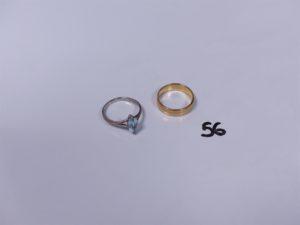 1 bague en or serti-griffes 1 pierre bleue ciel (Td55) et 1 alliance en or (Td51). PB 6,2g